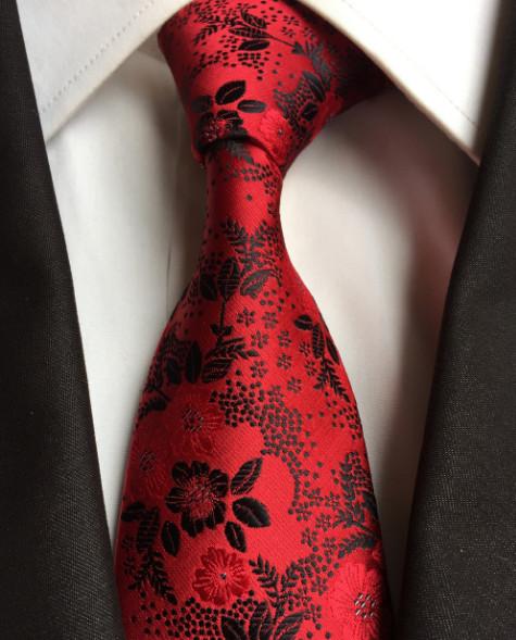 Červená kravata s květy